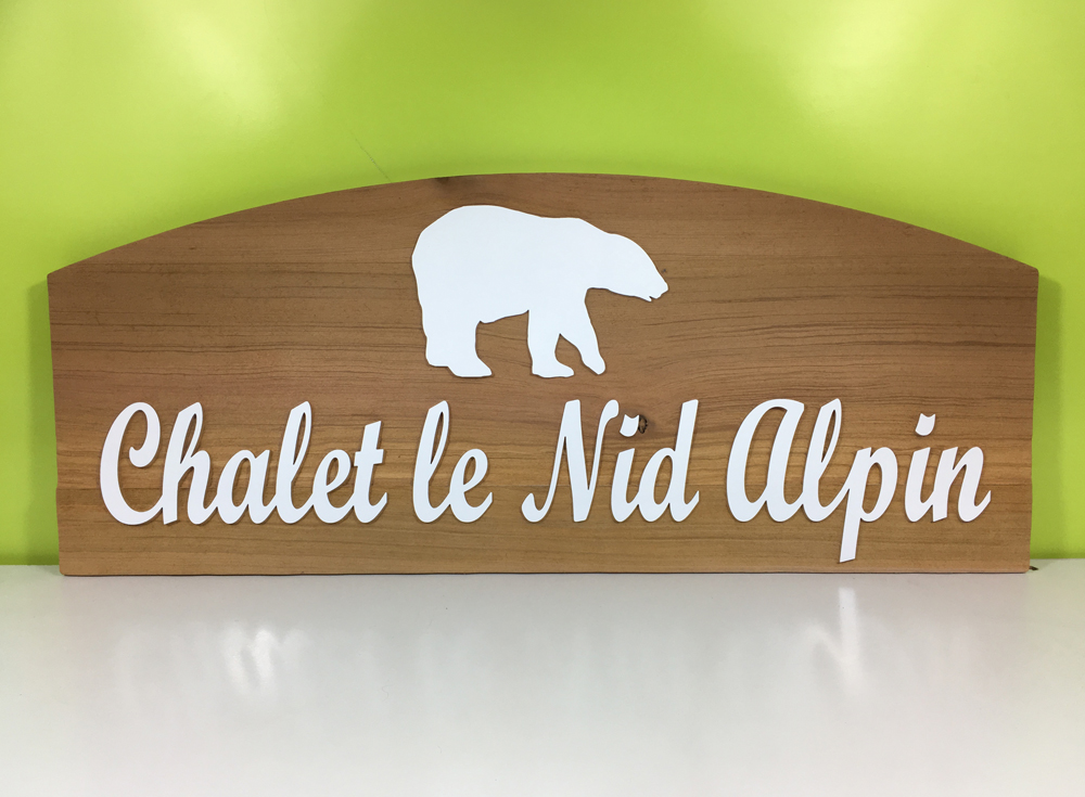 Exemple de plaque de maison en red cedar sablé